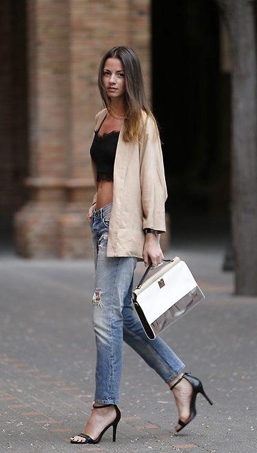 Кэжуал образ с джинсами и черными босоножками