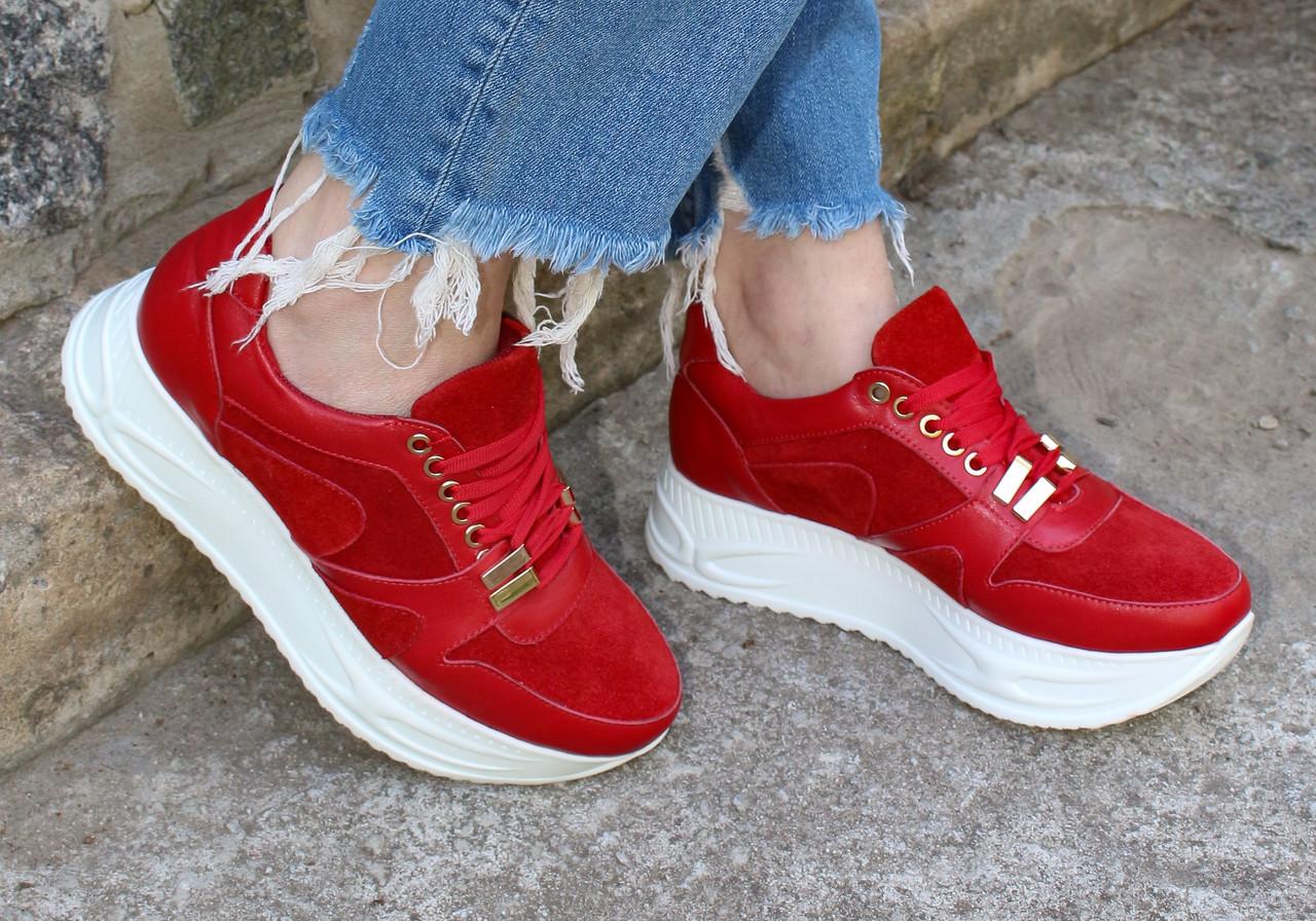 Красные кроссовки на высокой подошве