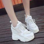 Осенние белые кроссовки на платформе