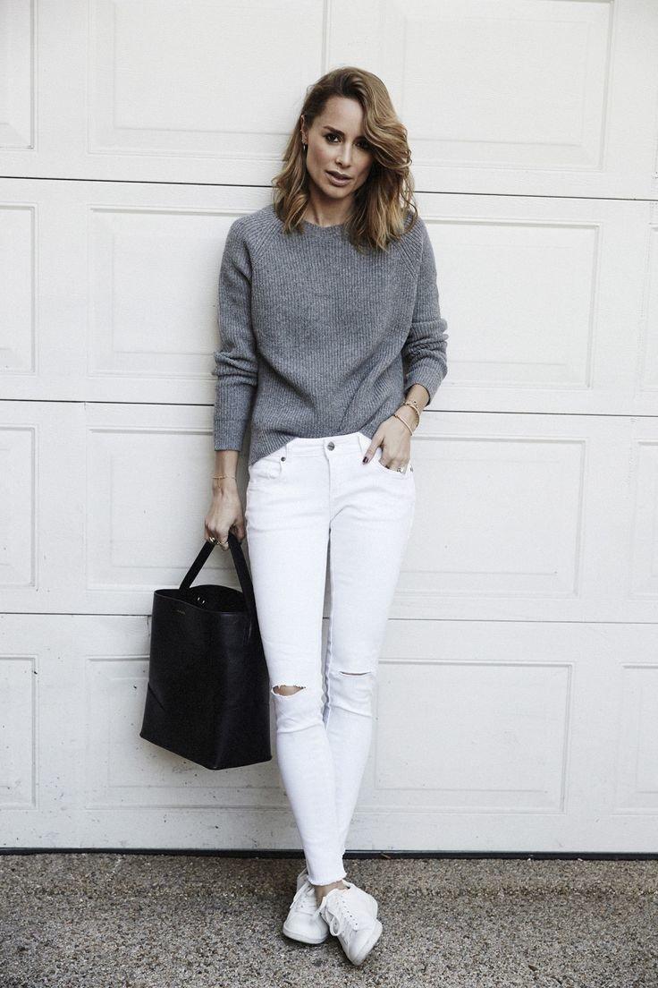 Серый свитер с белыми джинсами