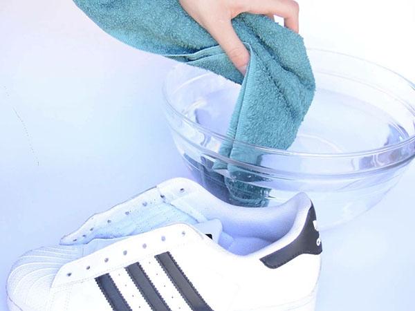 Как растянуть кроссовки в домашних условиях на размер больше, если жмут в пальцах
