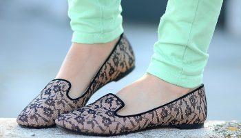 Особенности женских слиперов, стильные образы с универсальной обувью