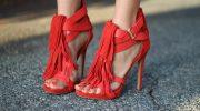 С чем носят босоножки красного цвета, образы для разных стилей