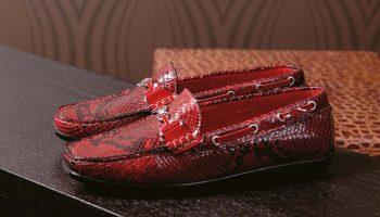 Женские и мужские образы с красными мокасинами, правила и модные табу