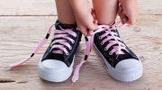 Когда и как учить ребенка завязывать шнурки, подсказки родителям